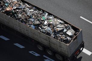 再生資源を運ぶトラックの写真素材 [FYI03837273]