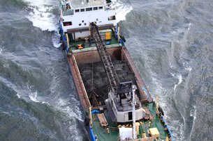 土砂運搬船の写真素材 [FYI03837281]