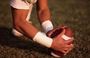 ラグビーボールを押さえる選手の写真素材 [FYI03837336]