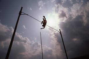 棒高跳びでジャンプする人のシルエットの写真素材 [FYI03837340]