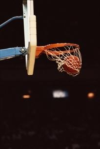 バスケットボールのゴールの瞬間の写真素材 [FYI03837341]