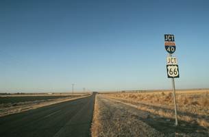 まっすぐに伸びる道と標識 テキサス アメリカの写真素材 [FYI03837357]