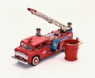 消防車のおもちゃとバケツと人形の写真素材 [FYI03837361]
