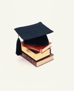 3冊の辞書と博士帽の写真素材 [FYI03837362]
