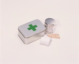 薬と包帯とバンドエイドの写真素材 [FYI03837366]