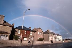 虹のかかった街並み      アイルランドの写真素材 [FYI03837392]