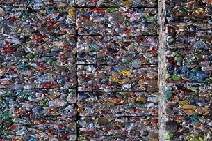 圧縮されたリサイクル缶の写真素材 [FYI03837402]