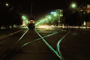 夜の路面電車 アデレード オーストラリアの写真素材 [FYI03837443]