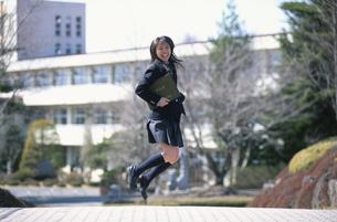 ジャンプする日本人の女性高校生 卒業式の写真素材 [FYI03837636]