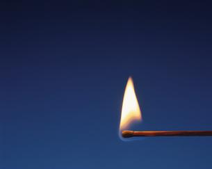 マッチの炎の写真素材 [FYI03837677]