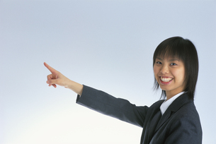 指を指す女性の写真素材 [FYI03837798]