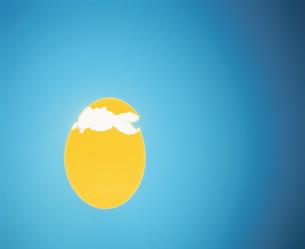 発光する黄色の割れた玉子の写真素材 [FYI03837875]
