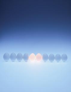 一列の中央で発光する玉子の写真素材 [FYI03838001]