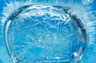 氷の中に閉じ込められた気泡の写真素材 [FYI03838424]
