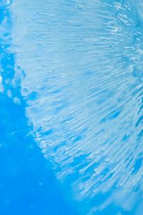 氷の中に閉じ込められた気泡の写真素材 [FYI03838444]