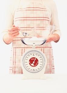 小麦粉の重さを計る女性の写真素材 [FYI03838537]