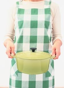 鍋を持つ女性の写真素材 [FYI03838538]