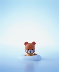 くまのおもちゃと泡の写真素材 [FYI03838586]