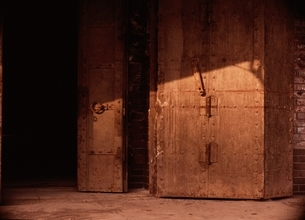 茶色の金属の箱と日ざしの写真素材 [FYI03838627]