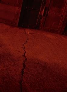 ひびの入った赤いコンクリートの道の写真素材 [FYI03838628]