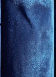 コンクリート素材の青い壁の写真素材 [FYI03838629]