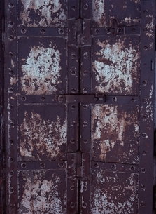 古い鉄の重厚な扉の写真素材 [FYI03838631]