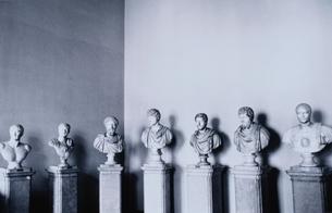 横に並ぶの7体の男性の胸像 B/W ウィーンの写真素材 [FYI03838650]