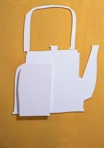 やかんとコップの切り抜きのペーパークラフト(黄色)の写真素材 [FYI03838719]