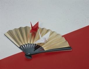 扇の上に紅白の折り鶴の写真素材 [FYI03839137]