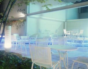 ガーデンテラスに置かれた白いテーブルとイスの写真素材 [FYI03839138]