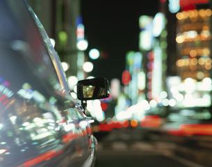 車のミラーと街の夜景 銀座 東京都の写真素材 [FYI03839249]