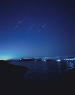 昇るオリオン座と星灯りの中のカキイカダ 邑久町 岡山県の写真素材 [FYI03839297]