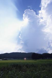 沸き立つ雲と田園 芸北町 広島県の写真素材 [FYI03839366]