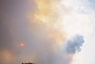 山火事の煙と炎 竹原市 広島県の写真素材 [FYI03839379]