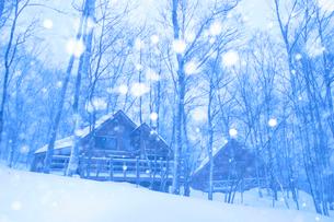 積雪のログハウス 芸北町 広島県の写真素材 [FYI03839396]