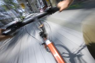 自転車で町疾走の写真素材 [FYI03839442]