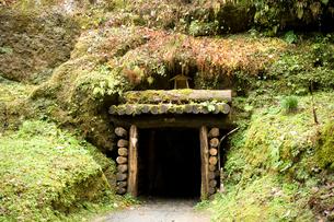石見銀山の間歩の入り口の写真素材 [FYI03839534]
