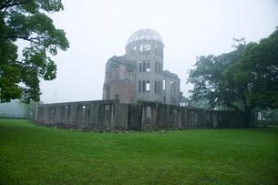 霧の中の原爆ドームの写真素材 [FYI03839640]