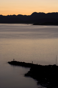 夜明けの海と釣りをする人の写真素材 [FYI03839652]