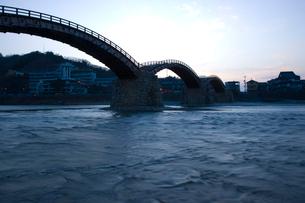 夜明けの錦帯橋の写真素材 [FYI03839680]
