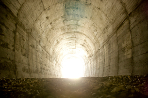 トンネルと光の写真素材 [FYI03839692]