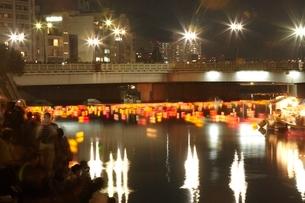 平和公園の灯籠流しの写真素材 [FYI03839728]