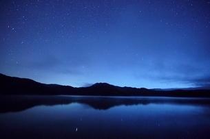 星と湖の写真素材 [FYI03839742]