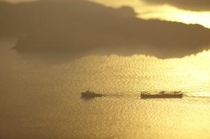 瀬戸内海の朝と行き交う船の写真素材 [FYI03839750]