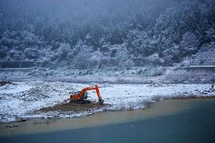 雪の中の土木工事の写真素材 [FYI03839772]
