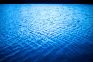 青い湖面の写真素材 [FYI03839814]