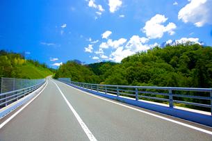 まっすぐに伸びる道の写真素材 [FYI03839816]