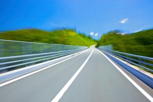 まっすぐに伸びる道の写真素材 [FYI03839819]