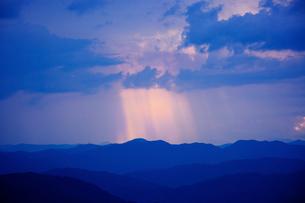 雲間から光のさす夕暮れの写真素材 [FYI03839823]