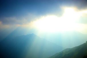 雲間の光と山の写真素材 [FYI03839825]